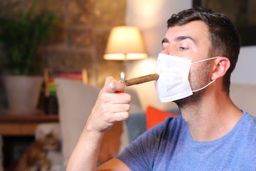 Fumare aumenta il rischio di complicanze da COVID-19