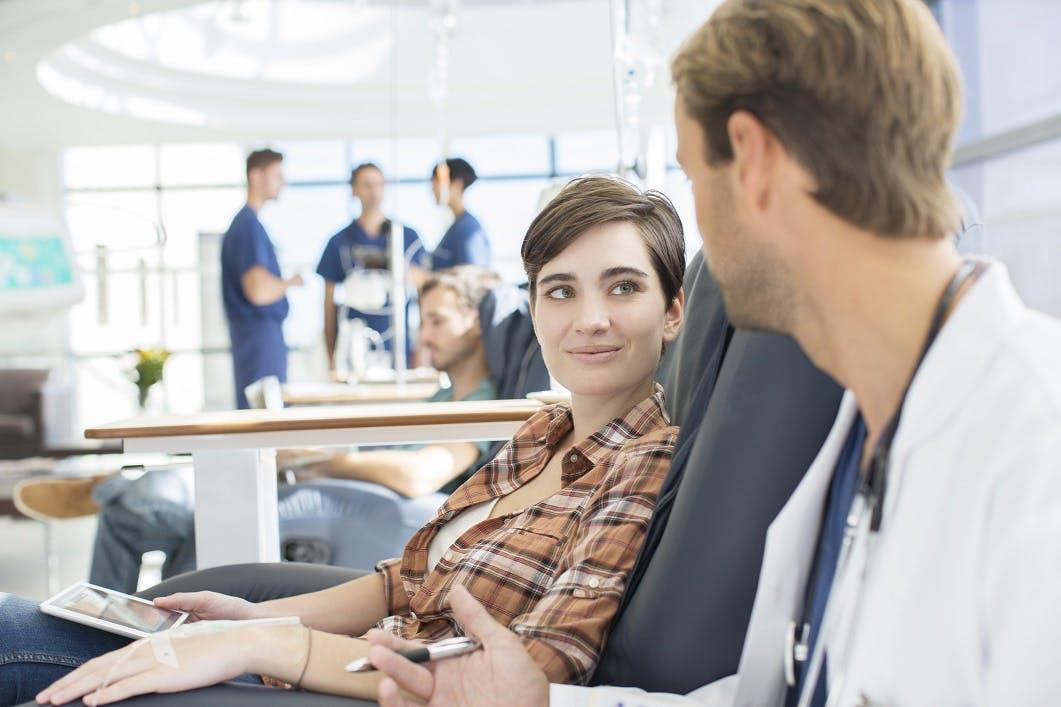Chemio più frequente nelle pazienti più giovani per scongiurare la ripresa del cancro al seno