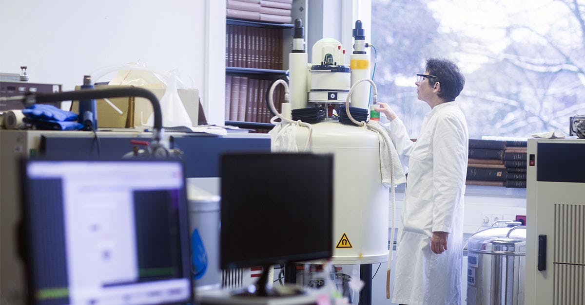 Spettrometri e computer per il chimico che lavora in oncologia